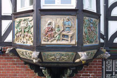 """Ein Giebel am """"Wiedenbrücker Künstlerhaus"""","""