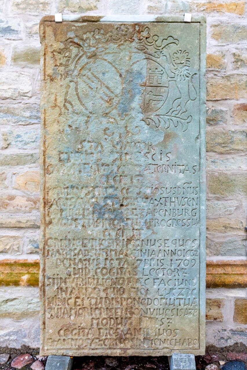 Grabplatte an der St. Aegidiuskirche